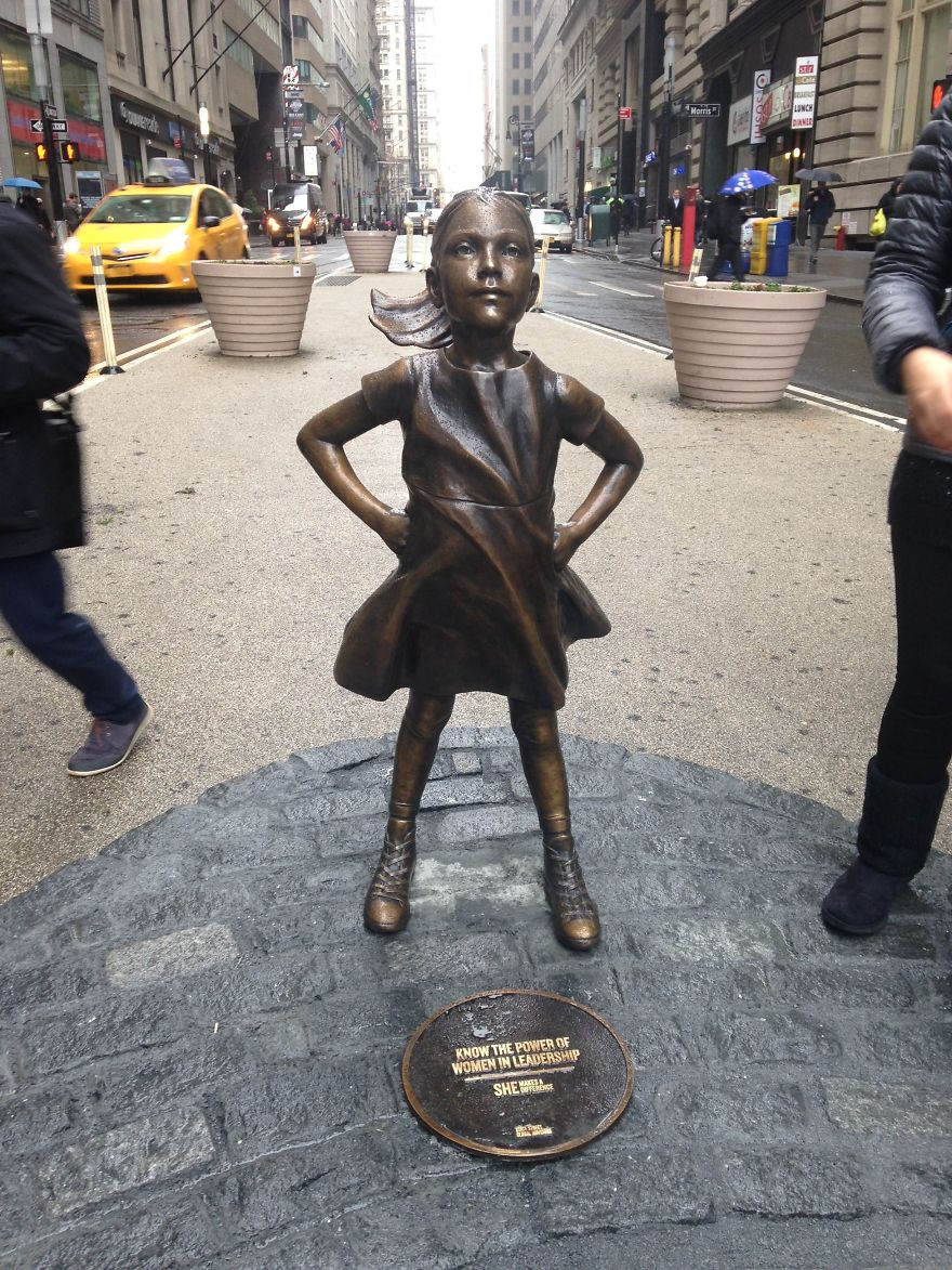 small-girl-faces-wall-street-bull-statue-2-58bff9df75488__880